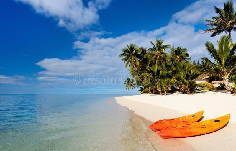 Mooi tropisch strand bij exotisch eiland in de Stille Oceaan royalty-vrije stock fotografie
