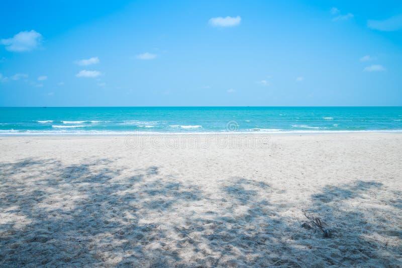 Mooi tropisch strand met blauwe hemel zonnige dag - de Zomerwind royalty-vrije stock afbeelding