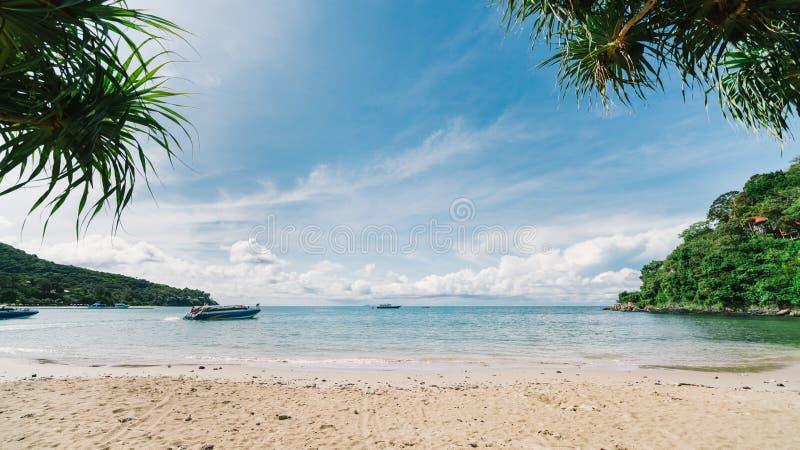 Mooi tropisch strand met de reisgidsen van de toeristenmotorboot op zonnige dag, overzees zand en zon met exemplaarruimte op duid stock fotografie