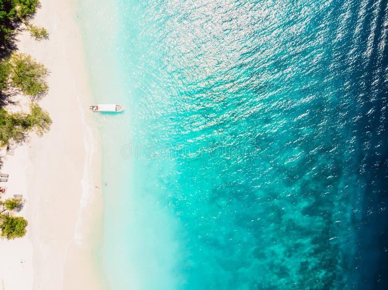 Mooi tropisch strand met turkooise kristaloceaan, satellietbeeld stock foto's