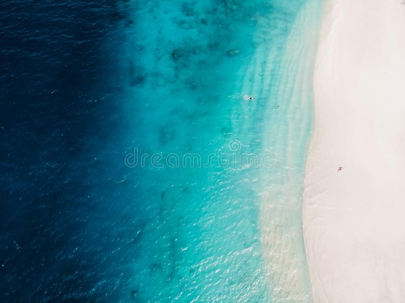 Mooi tropisch strand met turkooise kristaloceaan, satellietbeeld stock afbeelding