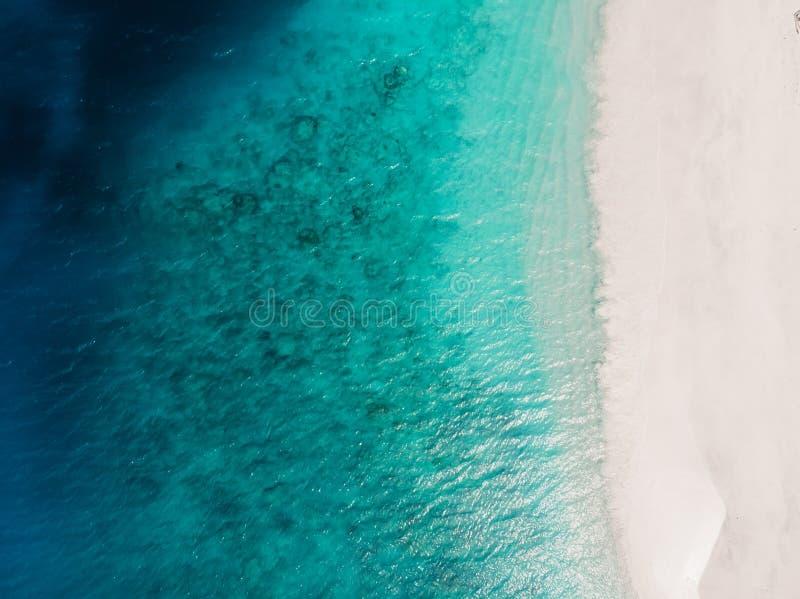 Mooi tropisch strand met turkooise kristaloceaan, satellietbeeld royalty-vrije stock afbeeldingen