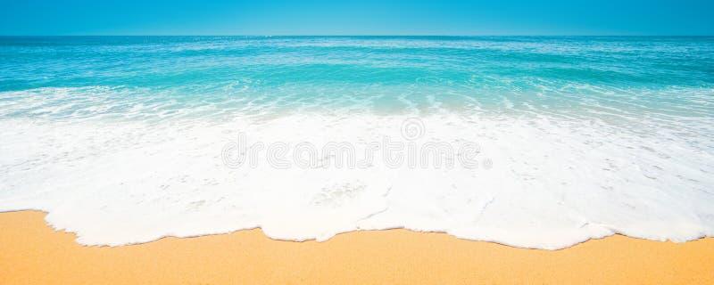Mooi Tropisch strand met Zachte golf van blauwe oceaan, zand en royalty-vrije stock afbeeldingen