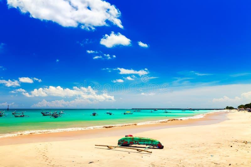 Mooi tropisch strandeiland Bali met zandig strand en azuurblauw schoon zeewater op achtergrondlandschaps duidelijke blauwe hemel, stock afbeeldingen