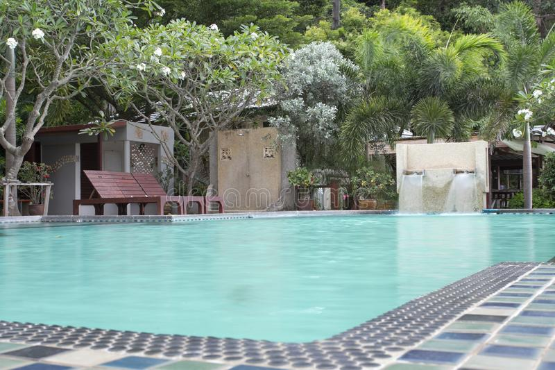 Mooi tropisch toevlucht zwembad stock foto's