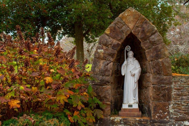 Mooi Tuinstandbeeld van een Heilige stock foto's