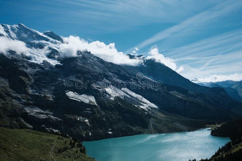 Mooi turkoois meer in de bergen van Zwitserland royalty-vrije stock fotografie