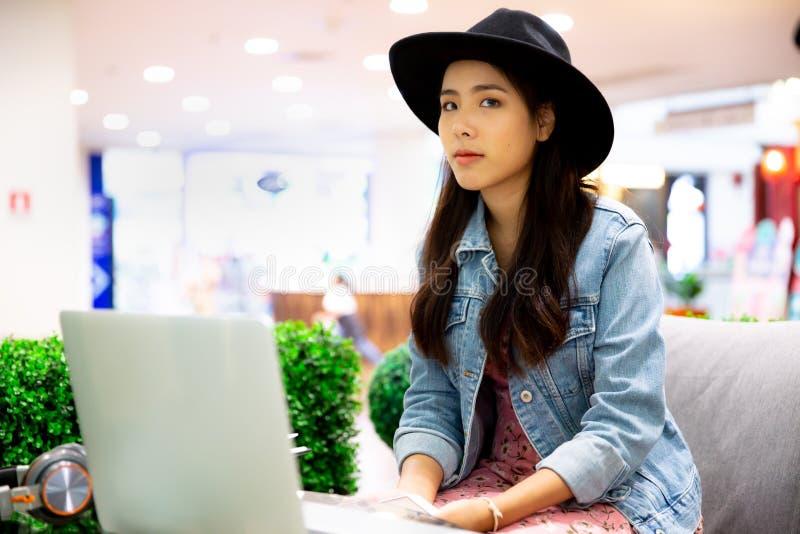 Mooi u hipster vrouw die haar freelance baan werken, die m gebruiken royalty-vrije stock foto's