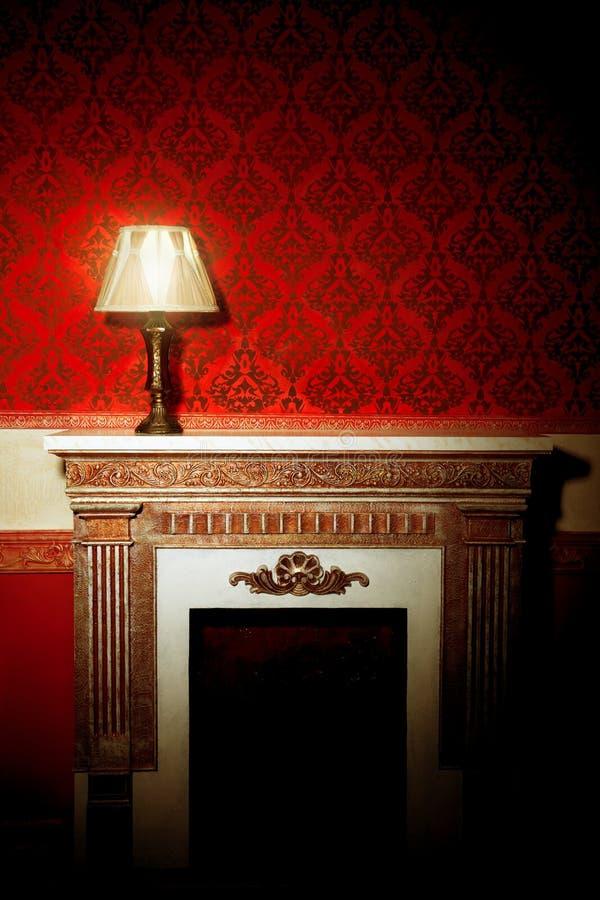 Mooi uitstekend binnenland met lamp op open haard royalty-vrije stock afbeelding