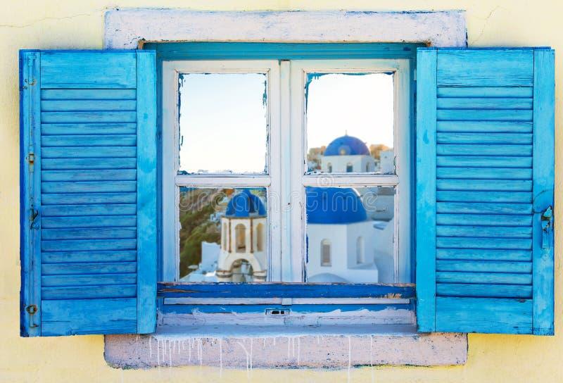 Mooi uitstekend Grieks venster met blauwe blinden Typisch Grieks beeld royalty-vrije stock fotografie