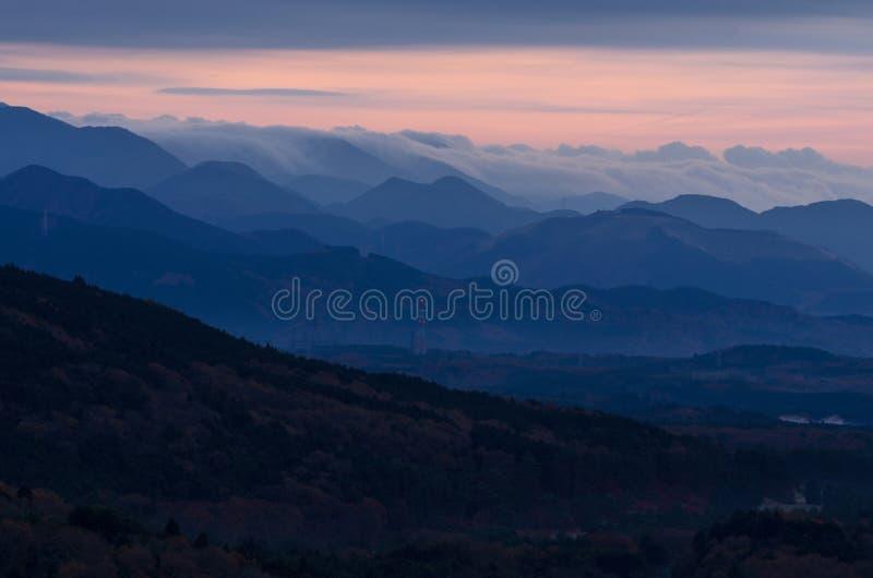 Mooi valleilandschap wanneer zonsopgang vroege ochtend met mist stock foto