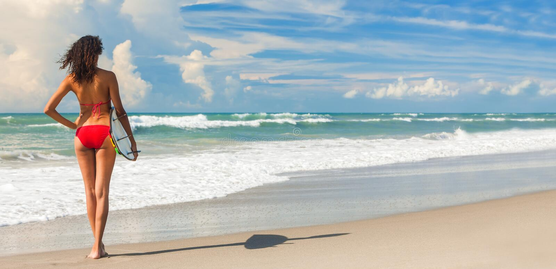 Mooi van de het Meisjessurfer & Surfplank van de Bikinivrouw Strandpanorama stock afbeeldingen