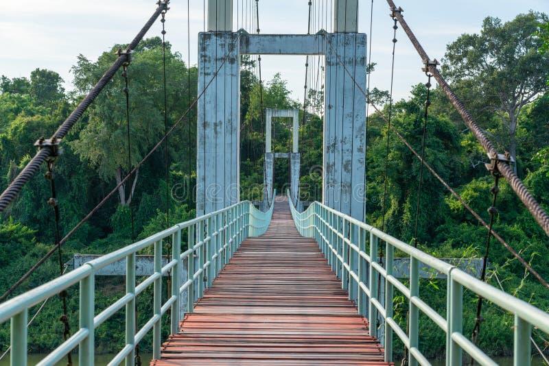 Mooi van de langste hangbrug in het Noorden - oostelijk Gebied in Tana Rapids National Park, Ubonratchatani, Thailand royalty-vrije stock foto's