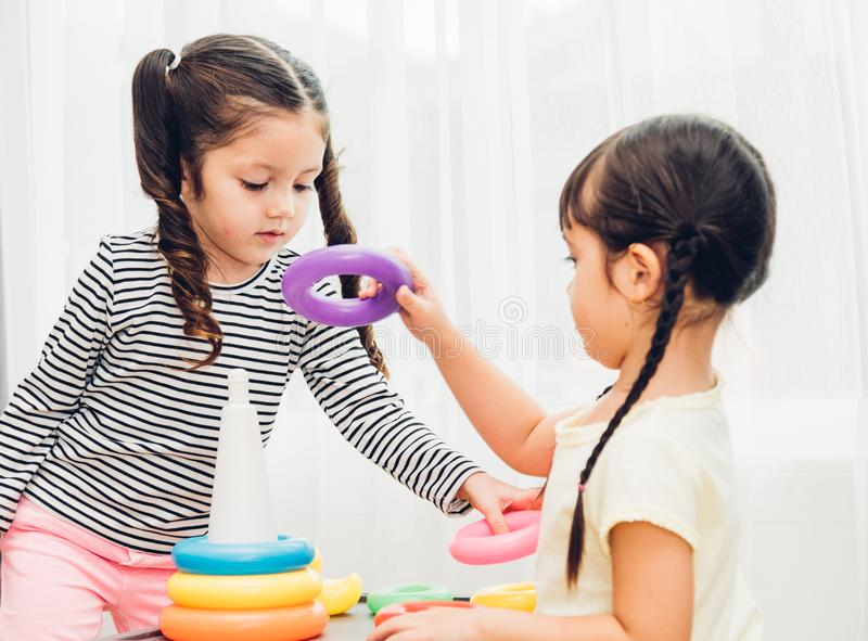 Mooi van het de kleuterschoolspel van het babymeisje de lijnstuk speelgoed onderwijs royalty-vrije stock foto