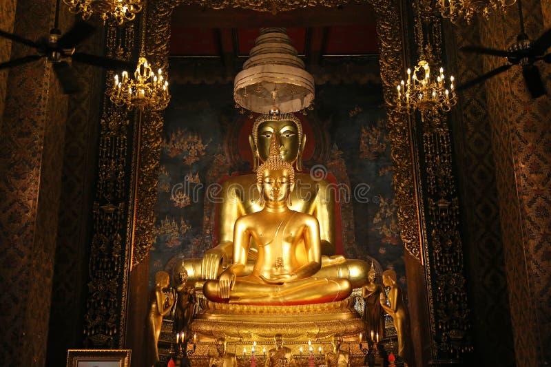 Mooi van het gouden standbeeld van Boedha en Thaise kunstarchitectuur in de tempel van Thailand stock foto's