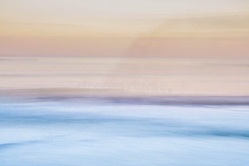 Mooi van Lange blootstelling met golven en wolken en het gebruiken van camera panning combineerde de motie met een lange blootste royalty-vrije stock afbeeldingen