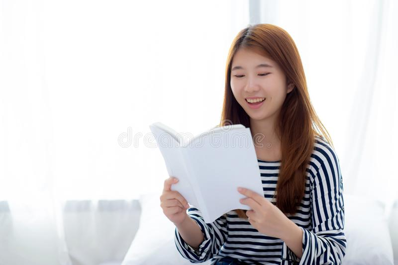 Mooi van portret ontspant de jonge Aziatische vrouw zittingslezing BO royalty-vrije stock foto's