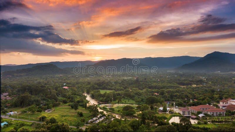 Mooi van zonsondergang bij berg en landschap van Nakhonnayok stock afbeeldingen