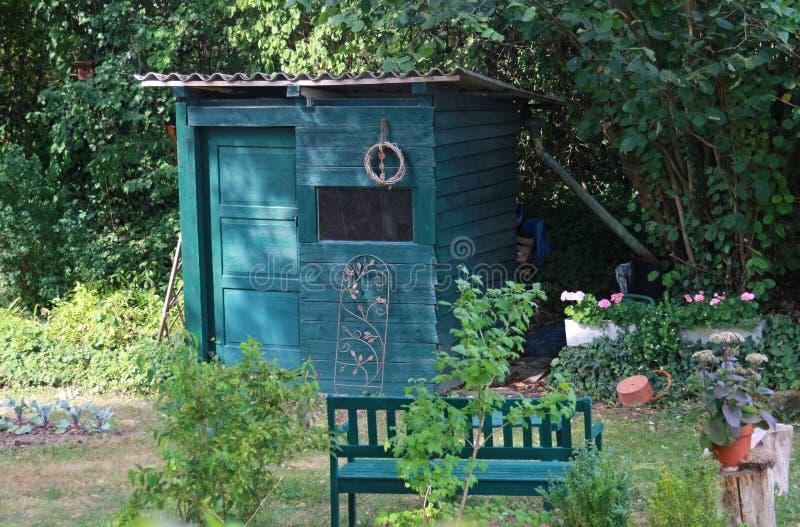 Mooi verfraaid volkstuintje met groene hut royalty-vrije stock foto