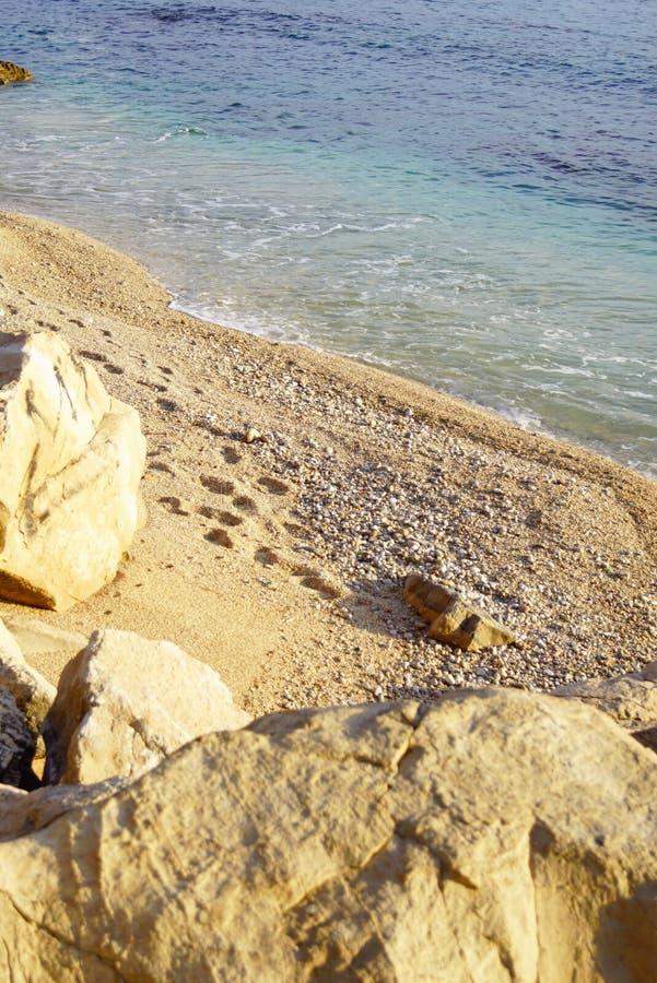 Mooi verlaten strand tijdens de rust royalty-vrije stock afbeelding