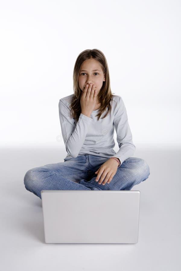 Mooi verrast meisje het bekijken laptop computer royalty-vrije stock afbeelding