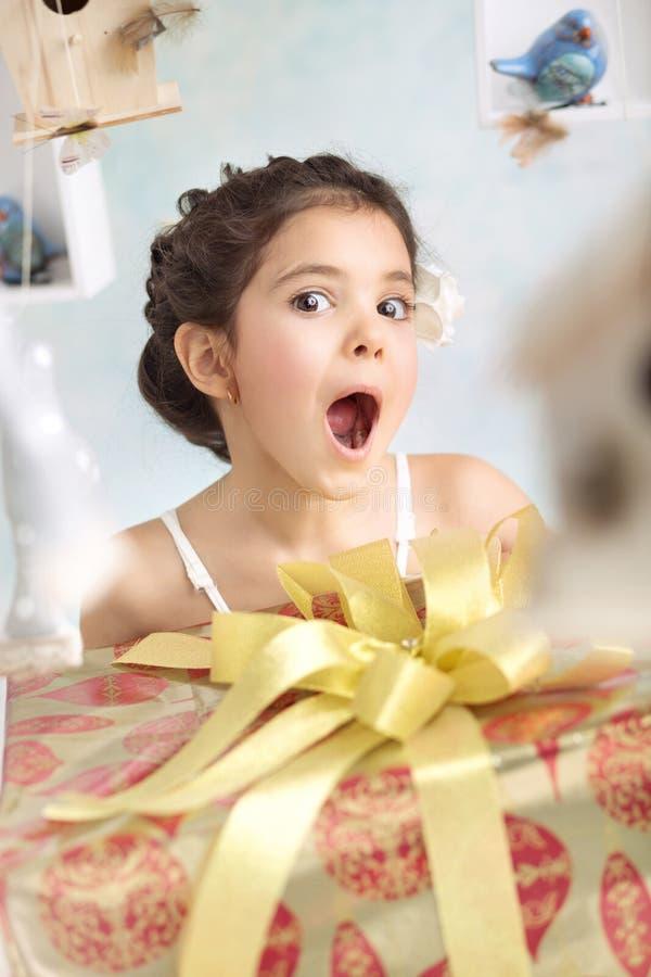 Mooi verrast meisje met verjaardagsgiften stock fotografie