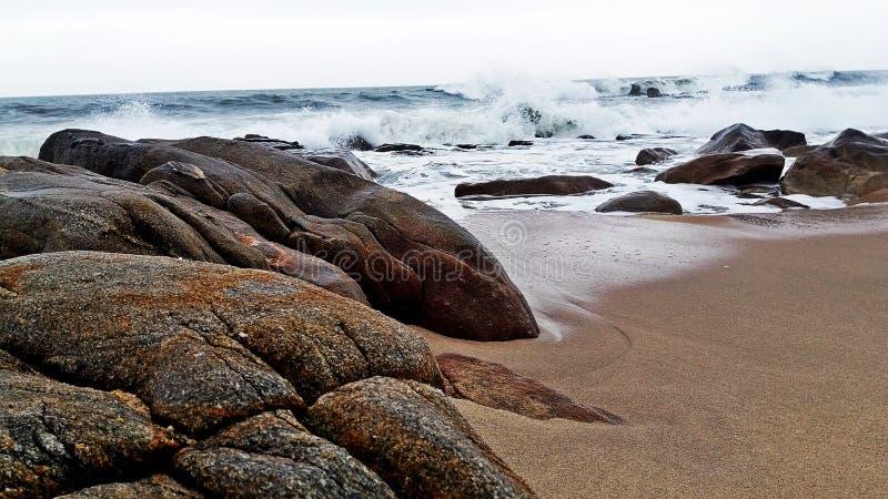 Mooi Vila Nova De Gaia-strand met de golvencrus van de Atlantische Oceaan stock afbeelding