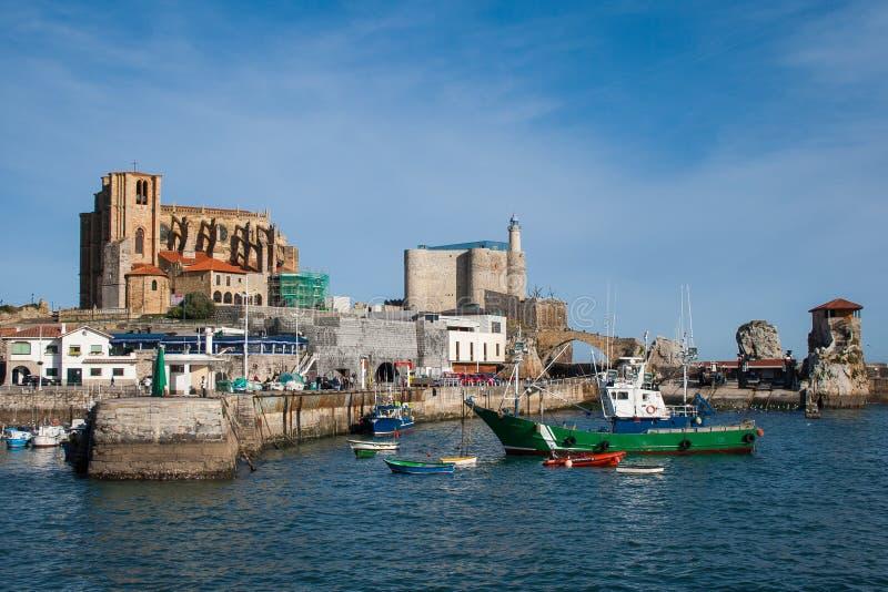 Mooi visserijdorp met vuurtoren, Castro Urdiales royalty-vrije stock afbeelding