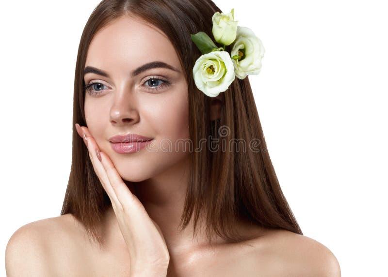 Mooi vlot de schoonheidsportret van de kapselvrouw met gezonde sk stock fotografie
