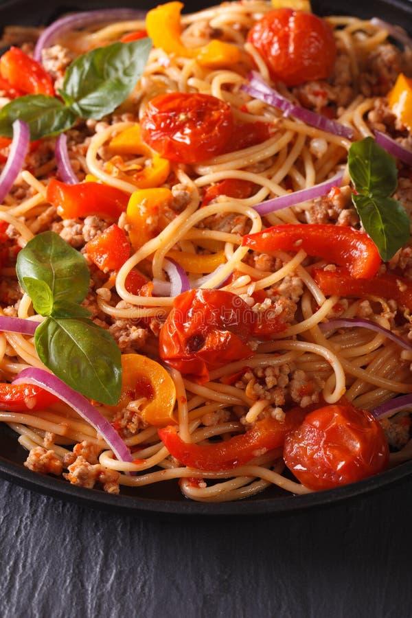 Mooi voedsel: deegwaren met gehakt en groenten stock foto