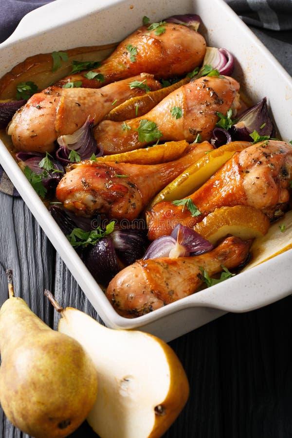 Mooi voedsel: Kippenbenen die met rode uien, dichte peren worden gebakken royalty-vrije stock afbeelding