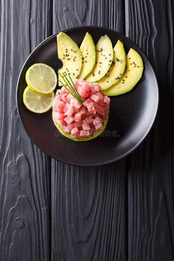 Mooi voedsel: vers tonijntandsteen met kalk, avocado en sesam stock afbeeldingen