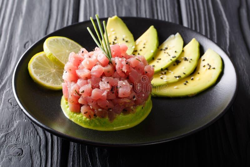 Mooi voedsel: vers tonijntandsteen met kalk, avocado en sesam royalty-vrije stock fotografie