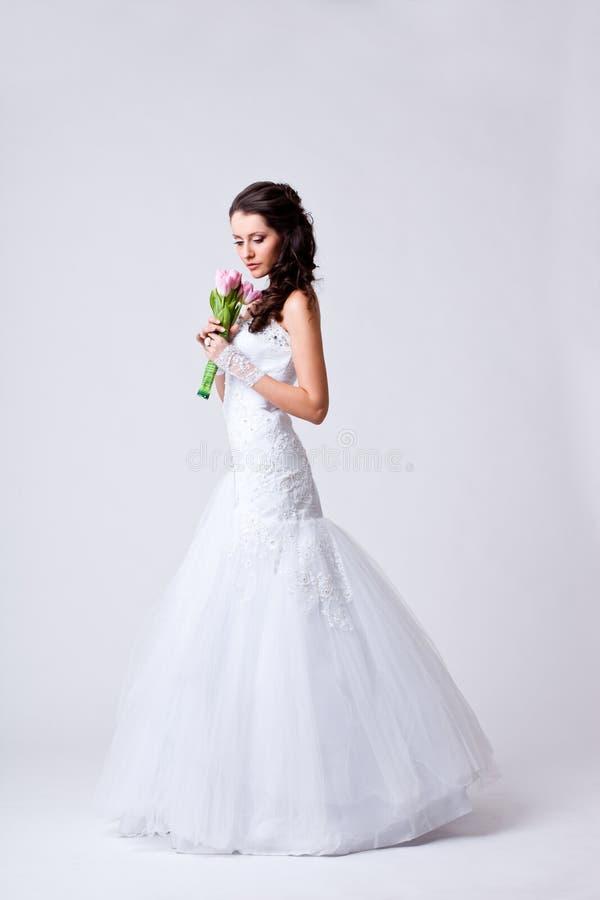 Mooi volledig de lengteportret van de bruidstudio stock afbeelding