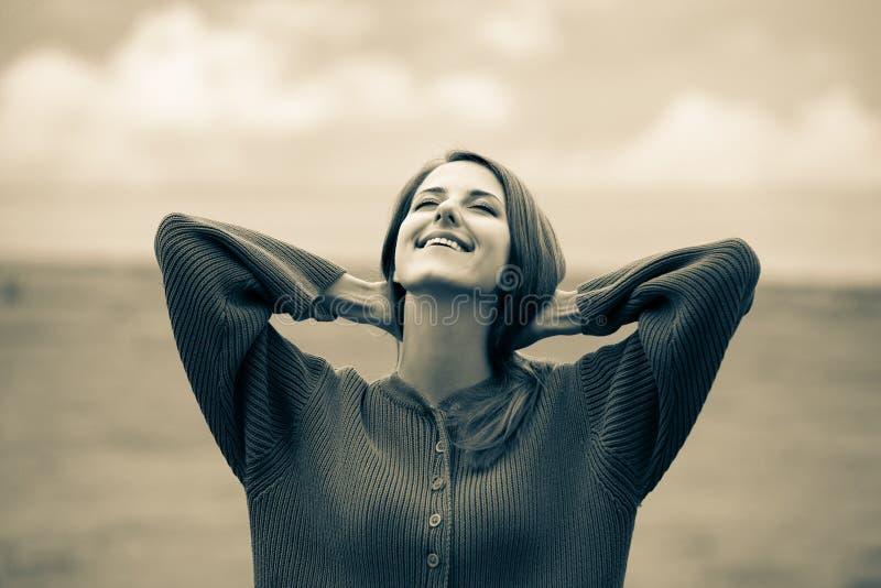 Mooi volwassen meisje in sweater bij tarwegebied stock foto's