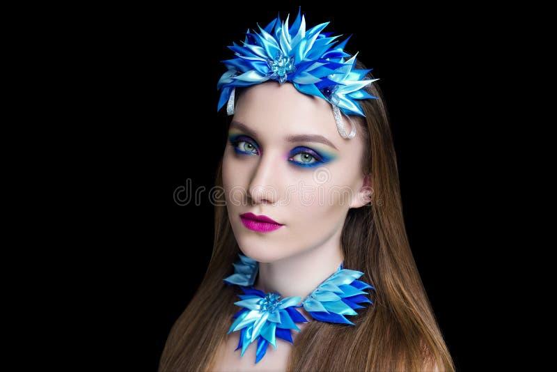 Mooi volwassen vrouwenmeisje, de halsband van de ontwerpkunst royalty-vrije stock foto