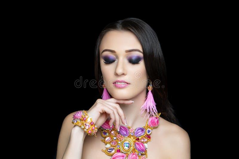 Mooi volwassen vrouwenmeisje, de halsband van de ontwerpkunst stock afbeelding