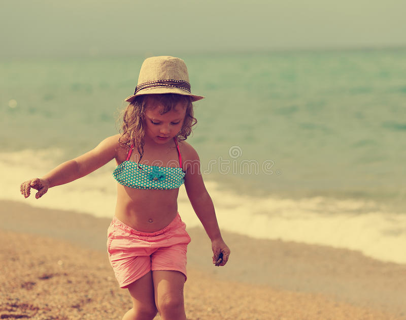 Mooi vrij jong geitjemeisje die in het strand lopen Instagrameffect portret royalty-vrije stock fotografie