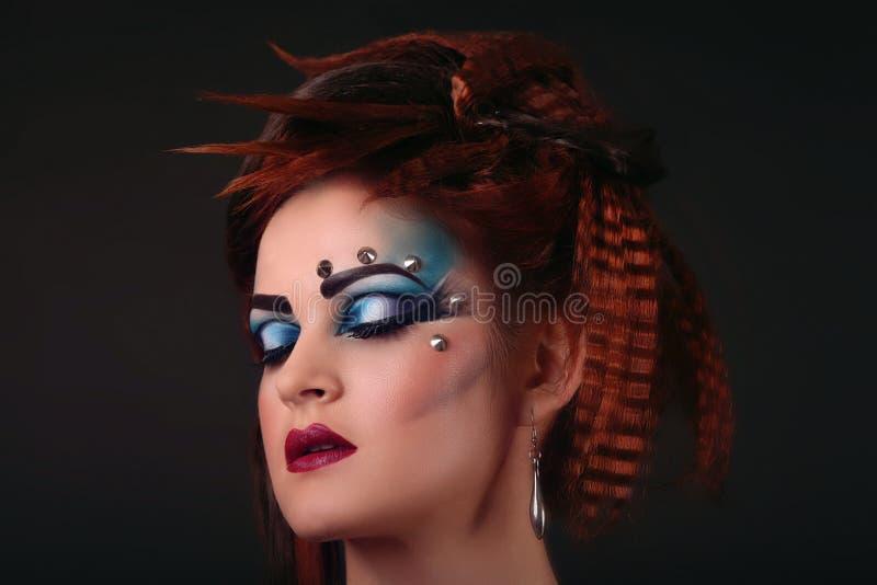 Mooi vrij vrouwelijk gezicht met multicoloured oogschaduw - clos royalty-vrije stock foto's