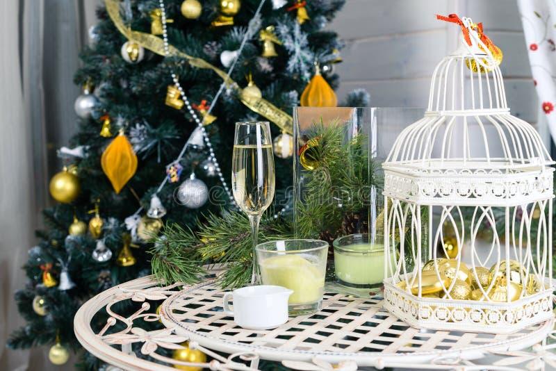 Mooi Vrolijk Kerstmisbinnenland Witte vogelkooi en kaarsen royalty-vrije stock foto