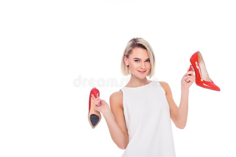 mooi vrolijk meisje die rode gehielde schoenen houden, royalty-vrije stock foto's