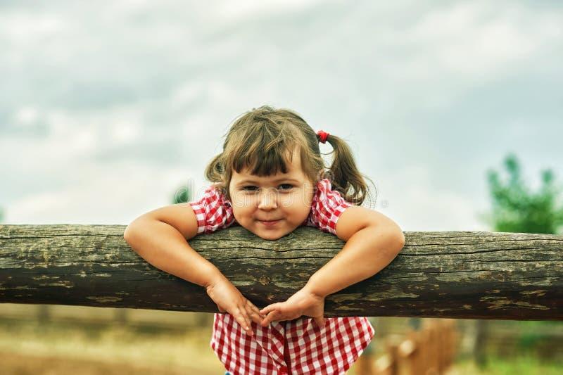 Mooi vrolijk meisje op een gang stock fotografie