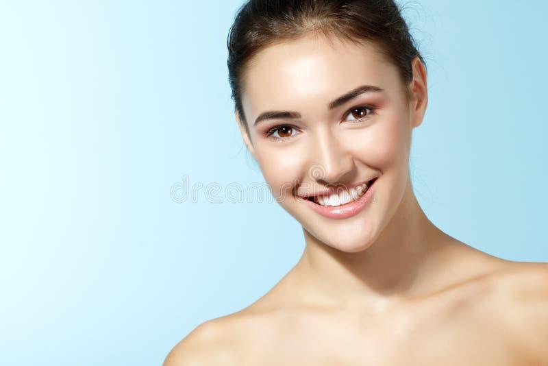 Mooi vrolijk tienermeisje, schoonheids het vrouwelijke gezicht gelukkige glimlachen a royalty-vrije stock fotografie