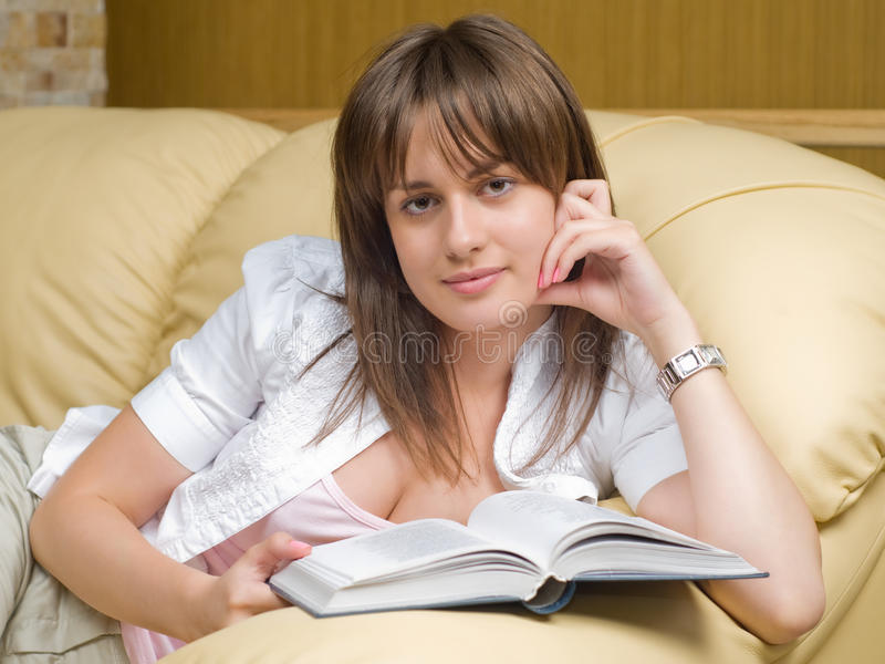 Mooi vrouw en boek royalty-vrije stock afbeelding