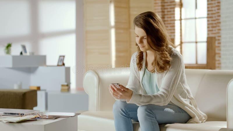 Mooi vrouw het typen bericht op celtelefoon, online mededeling in sociale media stock foto