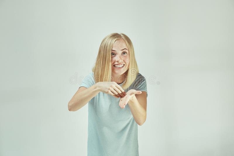 Mooi vrouwelijk die helft-lengte portret op grijze studio wordt geïsoleerd backgroud De jonge emotionele verraste vrouw stock afbeelding