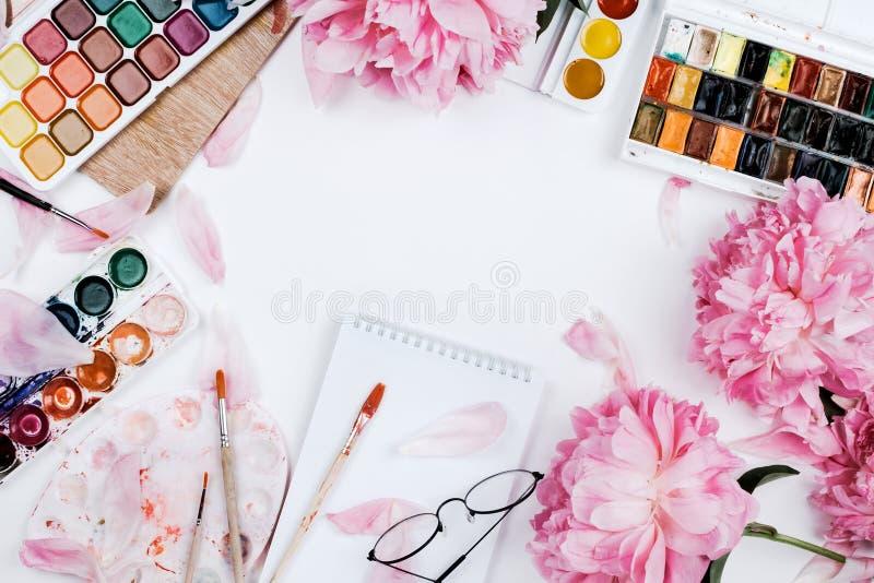 Mooi vrouwelijk flatlay model met notitieboekje, kantoorbehoeftenlevering royalty-vrije stock afbeeldingen