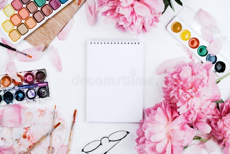 Mooi vrouwelijk flatlay model met notitieboekje, kantoorbehoeftenlevering royalty-vrije stock afbeelding