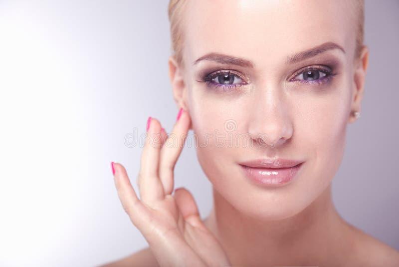 Mooi vrouwelijk gezicht Het jonge perfecte portret van de vrouwenclose-up op witte achtergrond royalty-vrije stock fotografie
