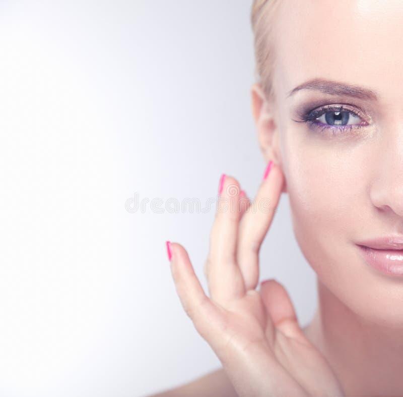 Mooi vrouwelijk gezicht Het jonge perfecte portret van de vrouwenclose-up op witte achtergrond royalty-vrije stock foto's